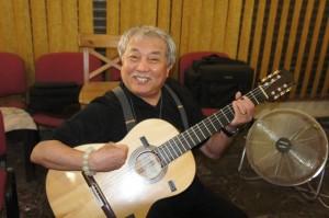 Maestro Su toca la guitarra